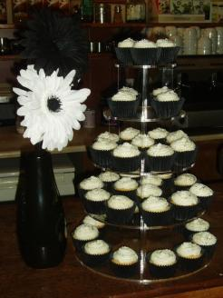 Black and White cupcakes: first ever Cupcake Sisters' tower