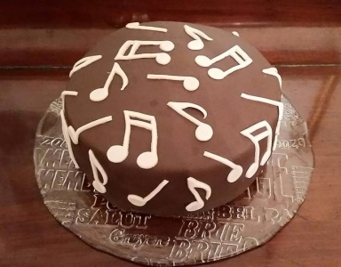 Music notes pinata cake
